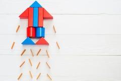 Abstrakte Rakete von farbigen Holzklötzen Lizenzfreies Stockbild