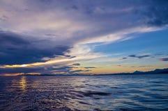 Abstrakte Reflexion des Himmels im Wasser Stockfotografie