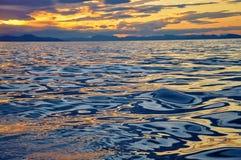 Abstrakte Reflexion des Himmels im Wasser Stockfotos
