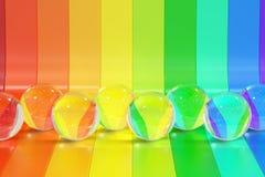 Abstrakte RegenbogenFarbstreifen mit Glaskugelhintergrund, 3D Stockbild