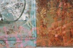 Abstrakte Schmutzbeschaffenheit zersplittert die rostige Metalloberfläche gelassen grün mit rosa Stellen, dunkelbraune Korrosion  Stockbild