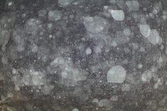 Abstrakte schwarze weiße Schneebeschaffenheit auf schwarzem Hintergrund Stockfotografie
