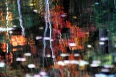 ABSTRAKTE See-Reflexion von NY-Fall-Farben lizenzfreie stockfotos