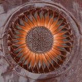 Abstrakte Sonne oder Blumenmuster schnitzten braunes ethnisches Leder Lizenzfreie Stockfotografie