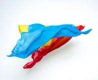 Abstrakte Stücke des blauen und roten Gewebefliegens Stockfotos