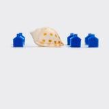 Abstrakte Stadtlandschaft mit blauen Häusern und Schnecke Lizenzfreies Stockbild