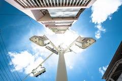 Abstrakte Straßenlaterne mit blauem Himmel Stockbilder