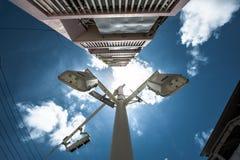 Abstrakte Straßenlaterne mit blauem Himmel Stockbild