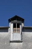 Abstrakte Studie des Dachs und der Fenster Stockfotos