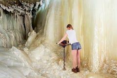 Abstrakte Szene der Frau arbeitend in der extremen Umwelt stockfotografie