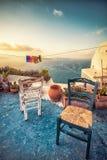 Abstrakte Szene von zwei Holzstühlen auf einem Patio auf Santorini stockfoto