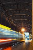 Abstrakte Tram-Licht-Spur auf der Pilsudzki-Brücke in Krakau, Polen Lizenzfreie Stockfotos