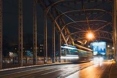 Abstrakte Tram-Licht-Spur auf der Pilsudzki-Brücke in Krakau, Polen Lizenzfreie Stockfotografie