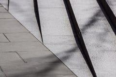 Abstrakte Treppe, abstrakte Schritte, Treppe in der Stadt, Granittreppe, breites Steintreppenhaus häufig gesehen auf Monumenten u Stockfotos
