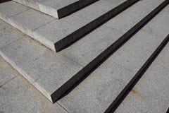 Abstrakte Treppe, abstrakte Schritte, Treppe in der Stadt, Granittreppe, breites Steintreppenhaus häufig gesehen auf Monumenten u Lizenzfreies Stockbild