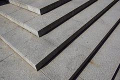 Abstrakte Treppe, abstrakte Schritte, Treppe in der Stadt, Granittreppe, breites Steintreppenhaus häufig gesehen auf Monumenten u Stockfotografie