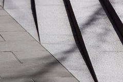 Abstrakte Treppe, abstrakte Schritte, Treppe in der Stadt, Granittreppe, breites Steintreppenhaus häufig gesehen auf Monumenten u Stockfoto
