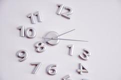 Abstrakte Uhr auf einer Wand Stockbild