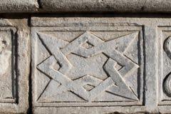 Abstrakte und geometrische Steindekorationen auf der Fassade der DU Lizenzfreie Stockbilder