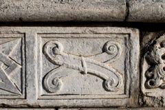 Abstrakte und geometrische Steindekorationen auf der Fassade der DU Lizenzfreie Stockfotos
