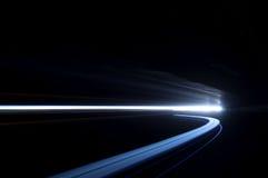 Abstrakte und interessante Kunstkonzentration des Blaulichts in einem ro Stockbild