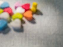 Abstrakte undeutliche mehrfarbige Herzen formen auf grauen Hintergrund Lizenzfreies Stockbild