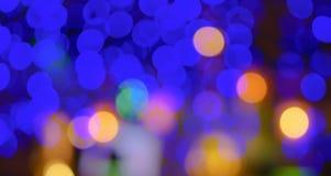 Abstrakte Unschärfestadteile oder purpurroter heller Hintergrund des Gelbs des blauen Grüns des Nachtclubs Stockbild