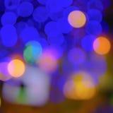 Abstrakte Unschärfestadteile oder purpurroter heller Hintergrund des Gelbs des blauen Grüns des Nachtclubs Lizenzfreie Stockbilder