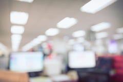 Abstrakte Unschärfehintergrund-Tabellenarbeit im Büro Stockfotografie