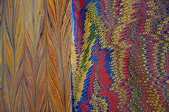 ABSTRAKTE vibrierende Farben und Muster auf Büttenpapier lizenzfreie stockfotos