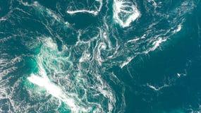 Abstrakte Wasserstrom, -Stromschnellen und -strudel im Ozean stockbilder