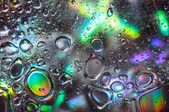 Abstrakte Wassertropfen auf buntem Hintergrund Lizenzfreies Stockfoto