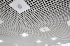 Abstrakte weiße geometrische Decke Lizenzfreies Stockfoto