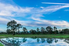 Abstrakte Weichzeichnung das Schattenbild des Sonnenuntergangs mit Wasser, das Pflügen, Ackerbau, Sammeln, Ackerbau, bevor dem Pf Lizenzfreie Stockfotos
