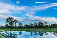 Abstrakte Weichzeichnung das Schattenbild des Sonnenuntergangs mit Wasser, das Pflügen, Ackerbau, Sammeln, Ackerbau, bevor dem Pf Stockbild