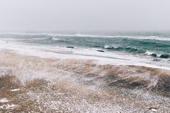 Abstrakte Winterlandschaft des Strandes während Schneefälle und Wind Stockbilder