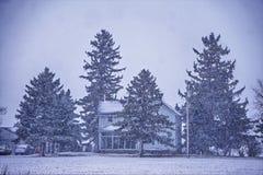 Abstrakte Winterszene auf einem Landbauernhof Stockfotografie
