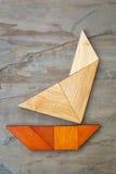 Abstrakte Yacht vom Tangrampuzzlespiel Stockfotografie