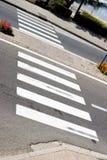 Abstrakte Zebraüberfahrt mit Wasser im Hintergrund Lizenzfreies Stockbild