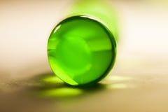 Abstrakte Zusammensetzung mit den schönen, grünen, runden Geleebällen auf einer Aluminiumfolie mit Reflexionen Stockfotos