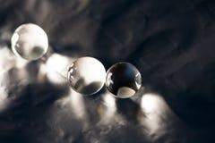 Abstrakte Zusammensetzung mit den schönen, transparenten, runden Geleebällen auf einer Aluminiumfolie mit Reflexionen Stockfoto