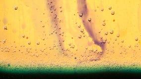 Abstrakte Zusammensetzung mit Mischung des Öls, des Wassers und der Tinte mit Blasen Stockbilder