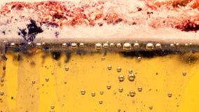 Abstrakte Zusammensetzung mit Mischung des Öls, des Wassers und der Tinte mit Blasen Stockfotografie