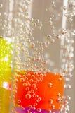 Abstrakte Zusammensetzung mit Unterwasserrohren mit bunten Geleebällen Lizenzfreie Stockbilder