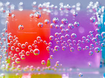 Abstrakte Zusammensetzung mit Unterwasserrohren mit bunten Geleebällen nach innen Lizenzfreie Stockfotografie