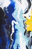 Abstrakter Acrylhintergrund gefärbt mit gelber und blauer Farbe Stockbild