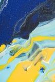 Abstrakter Acrylhintergrund mit gelber und blauer Farbe Lizenzfreies Stockfoto