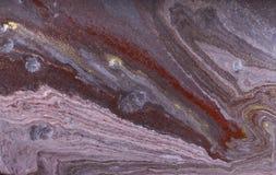 Abstrakter Acrylmarmorierunghintergrund Purpurrote marmornde Grafikbeschaffenheit Achatkräuselungsmuster Goldpulver Stockfotos