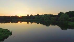 Abstrakter Architekturhintergrund Schöner Abendsee mit Sonnenuntergang im Stadtpark mit einer Ansicht von der Spitze stock video footage