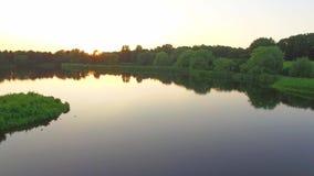 Abstrakter Architekturhintergrund Schöner Abendsee mit Sonnenuntergang im Stadtpark mit einer Ansicht von der Spitze stock video